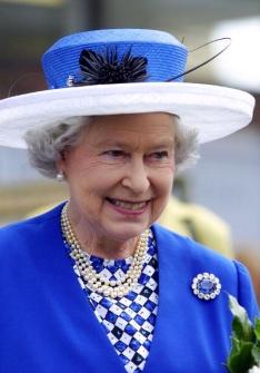 Queen Elizabeth wearing the Albert brooch