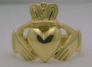 gold claddagh ring irish